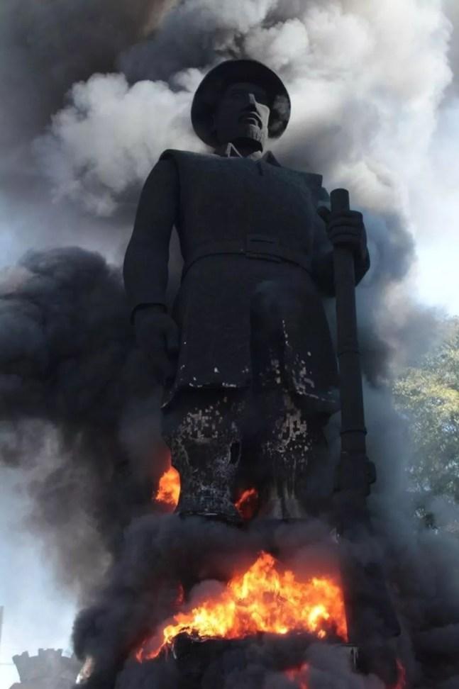 Grupo de pessoas ateou fogo à estátua de Borba gato, na Zona Sul de SP — Foto: Reprodução/ TV Globo