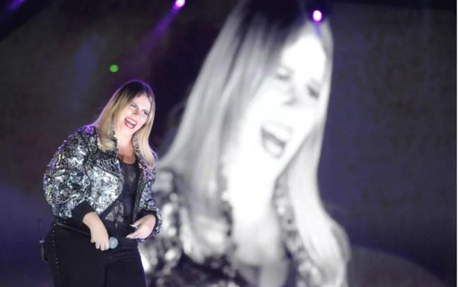 A cantora Marília Mendonça no palco da Festa do Peão de Americana  — Foto: Júlio César Costa
