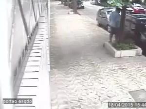 Carro é furtado em plena luz do dia (Foto: Reprodução / Circuito de Monitoramento)