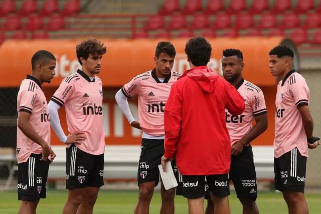 Brenner, Igor Gomes, Diego Costa, Luan e Gabriel Sara conversam com Fernando Diniz no treino do São Paulo — Foto: Rubens Chiri / saopaulofc.net