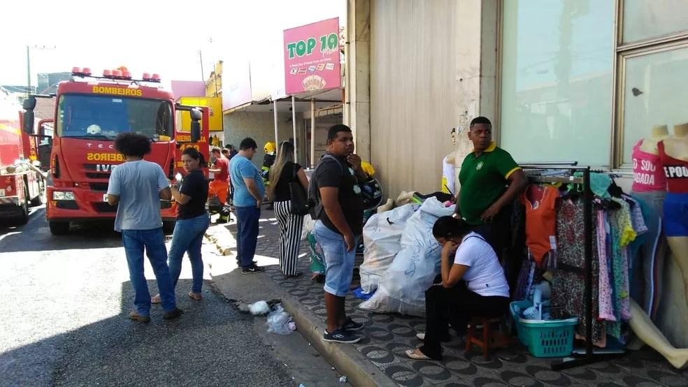 Lojas foram evacuadas e produtos foram levados para fora do estabelecimento. (Foto: Andrê Nascimento/G1)