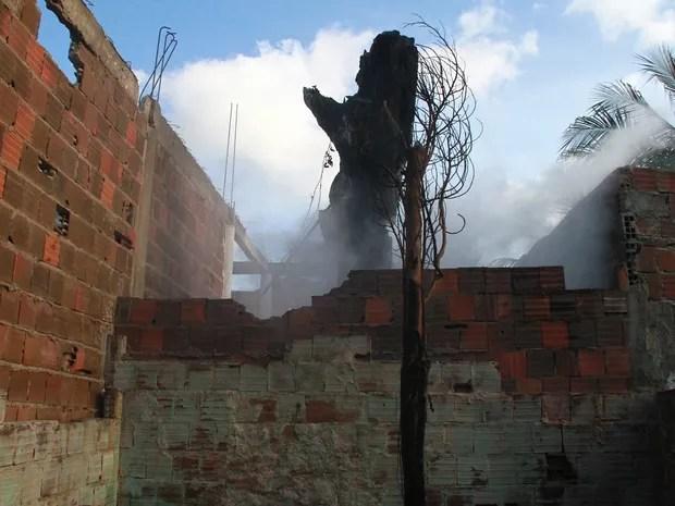 Fogo começou em pé de caju e atingiu duas casas, em Mandacaru (Foto: Walter Paparazzo/G1)