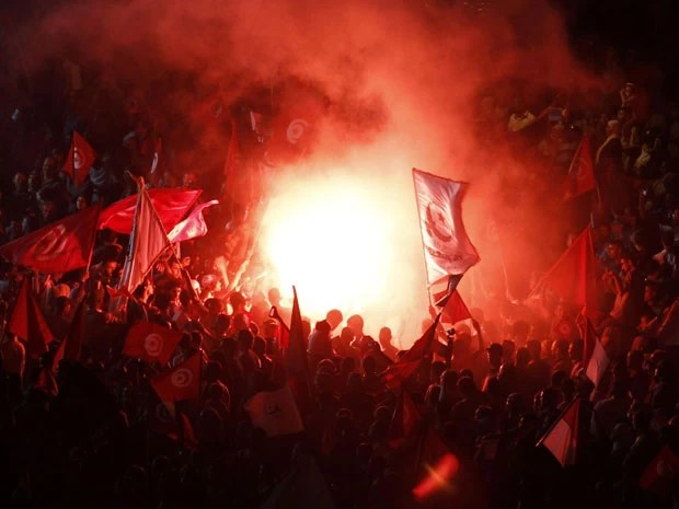 Manifestantes tomam as ruas da Tunísia na noite deste sábado (3) (Foto: Zoubeir Souissi/AReuters)