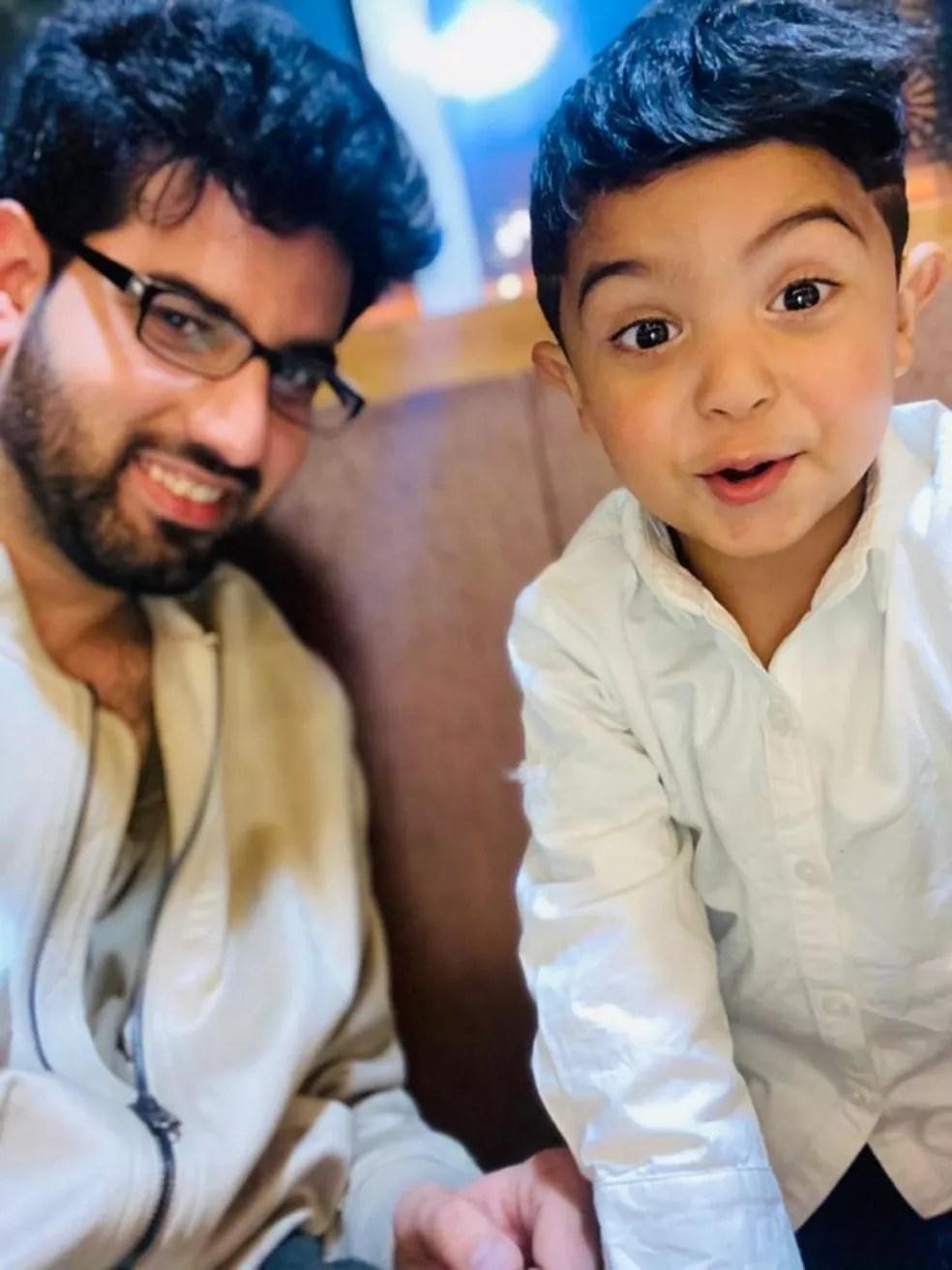 Masood Habibi com o filho em Cabul, capital do Afeganistão, antes da invasão talibã — Foto: Arquivo pessoal