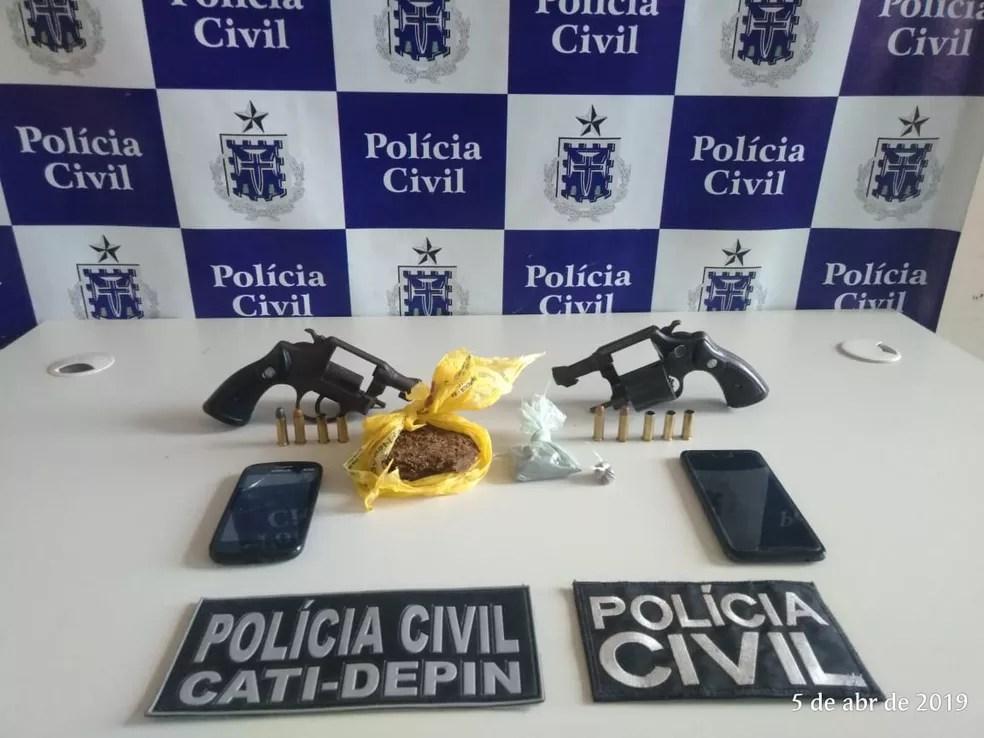 Armas, munições e drogas encontradas pela polícia durante operação de combate a crimes violentos na Bahia — Foto: Divulgação/Polícia Civil