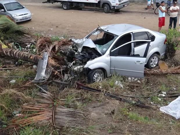 Veículo envolvido no acidente saiu da pista e arrancou um coqueiro (Foto: Henrique Pereira/ G1)
