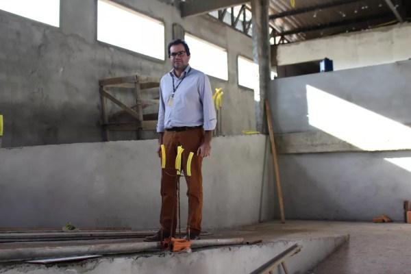 Diretor do campus, George Queiroga acompanha andamento das obras da nova biblioteca (Foto: Júnior Freitas/G1)