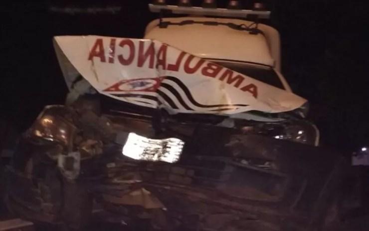 Acompanhante do paciente e motorista da ambulância também ficaram feridos (Foto: Eunice Bueno)