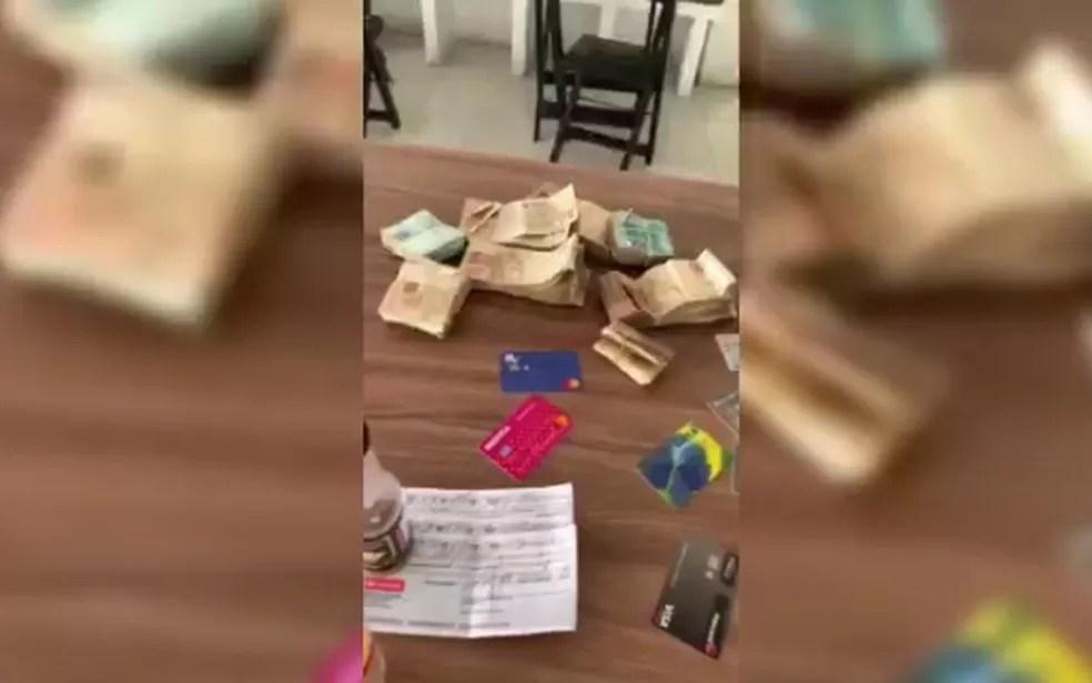 R$ 240 mil estava dividido entre cédulas e cheques prontos para saque — Foto: Reprodução/TV Sergipe