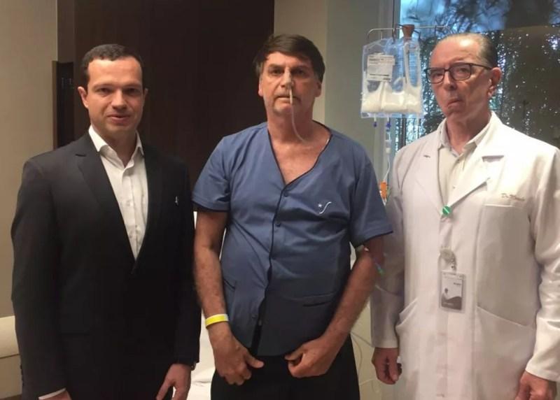 Bolsonaro divulgou no Twitter foto em que aparece ao lado dos médicos Luiz Henrique Borsato (à esq.) e Antonio Luiz Macedo — Foto: Reprodução/Twitter