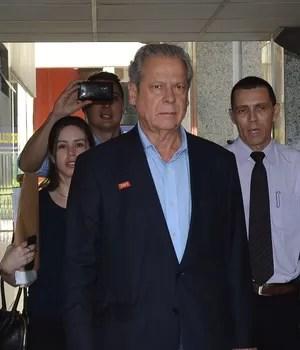 Onze meses e 20 dias após ser preso pela Polícia Federal, o ex-ministro da Casa Civil José Dirceu foi liberado nesta terça-feira (4) para cumprir em prisão domiciliar o restante da pena de 7 anos e 11 meses estipulada pelo Supremo Tribunal Federal (STF) (Foto: Fabio Rodrigues Pozzebom/ Agência Brasil (04/11/2014))