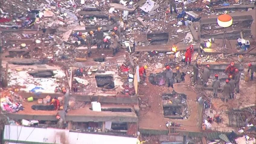 Bombeiros fazem buscas em escombros de prédios na Muzema — Foto: Reprodução/ TV Globo