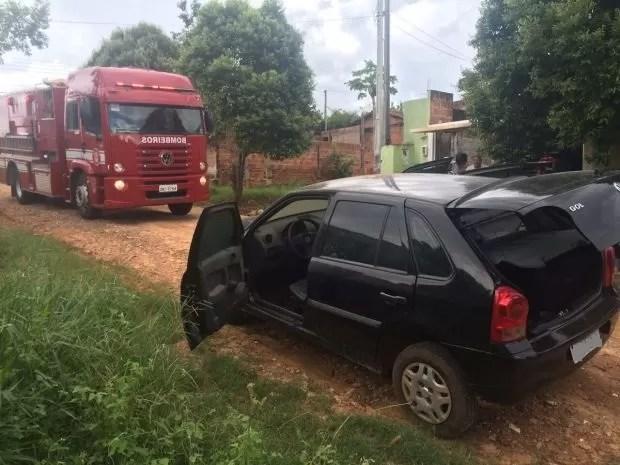 Veículo usado pelos homens que atiraram foi abandonado (Foto: J. Serafim / Divulgação)