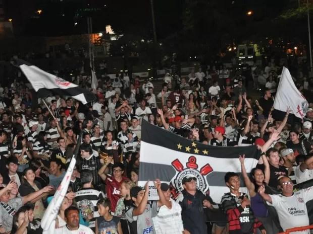 Torcedores do Corinthians reunidos para assistir final da Libertadores em Campo Grande MS (Foto: Hélder Rafael/GLOBOESPORTE.COM MS)