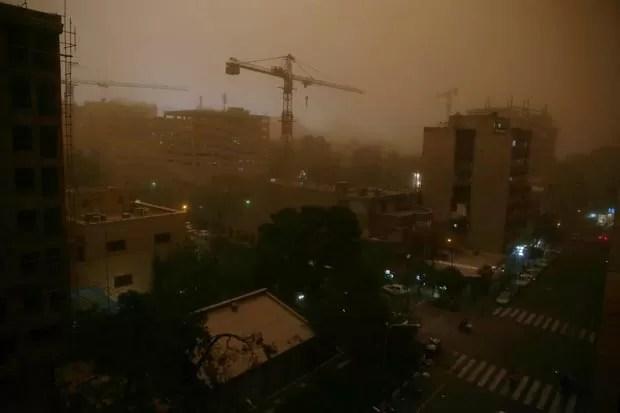 Vista de Teerã durante a tempestade de areia nesta segunda-feira (2) (Foto: Ebrahim Noroozi/AP)