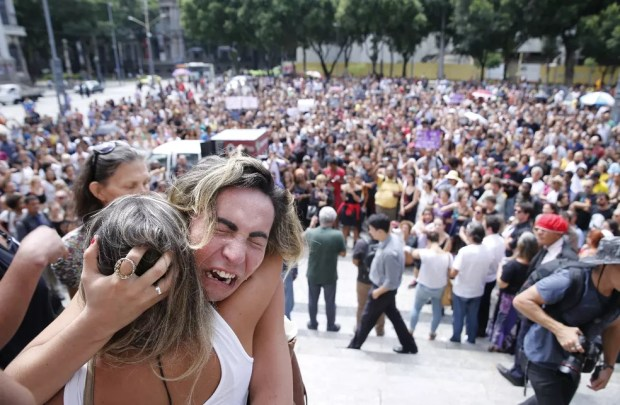 Emoção na Cinelândia, na vigília em homenagem a Marielle Franco (Foto: Marcos Serra Lima / G1)