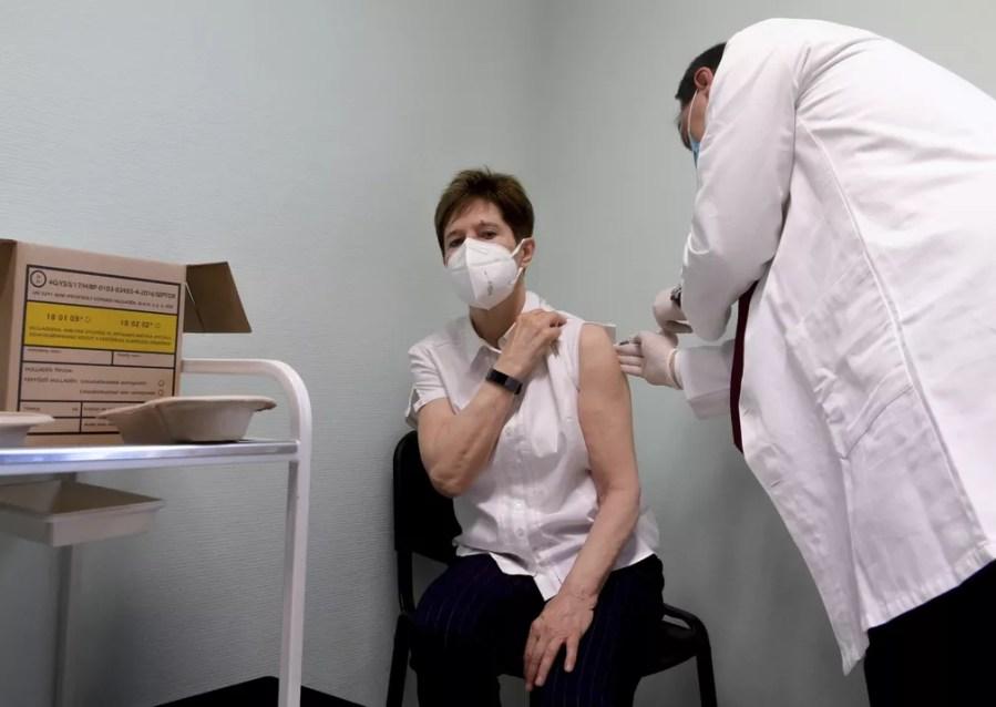 Médica Adrienne Kertesz recebe a vacina contra a Covid-19 da Pfizer/BioNTech em Budapeste, Hungria - 26 de dezembro de 2020. — Foto: Szilard Koszticsak / MTI via AP
