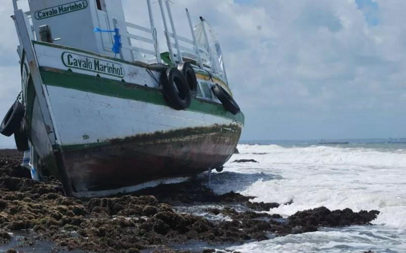 Lancha ficou presa nos arrecifes próximo ao local onde virou — Foto: Afonso Santana/Arquivo pessoal