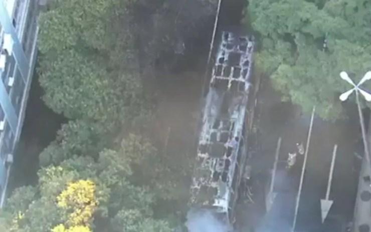 Por volta das 7h, os bombeiros trabalhavam no rescaldo (Foto: Reprodução / TV Globo)