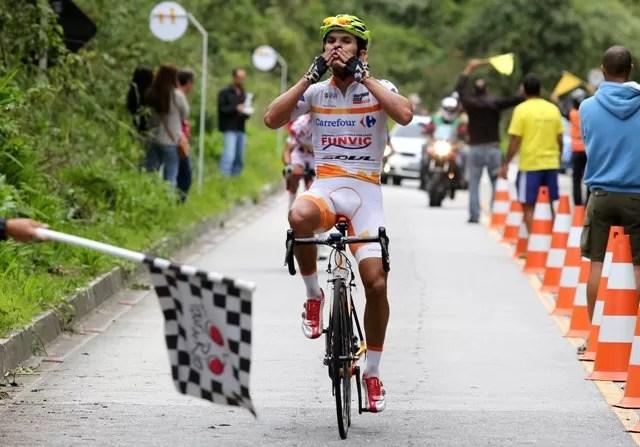 Kléber Ramos comemorando a primeira vitória brasileira nesta edição do Tour do Rio