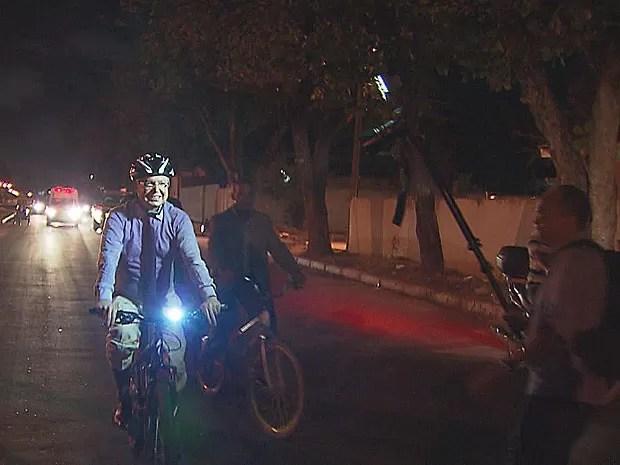 Elias Gomes chega de bicicleta para transmissão do cargo, em Jaboatão (Foto: Reprodução / TV Globo)