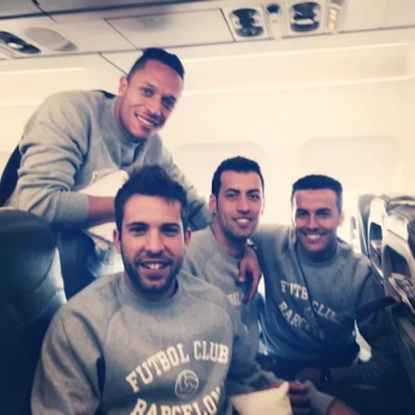 Adriano, Busquets, Pedro e Alba, embarque do Barcelona (Foto: Reprodução / Instagram)