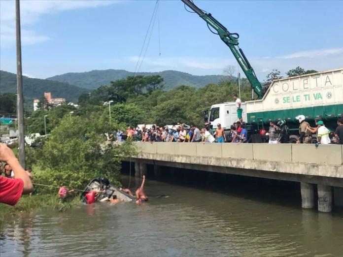 Carro fica submerso ao cair em rio (Foto: Graciela Andrade)
