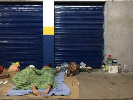 Com abrigos cheios, imigrantes dormem debaixo das marquises de lojas no entorno da praça Simón Bolívar (Foto: Emily Costa/G1 RR/Arquivo )