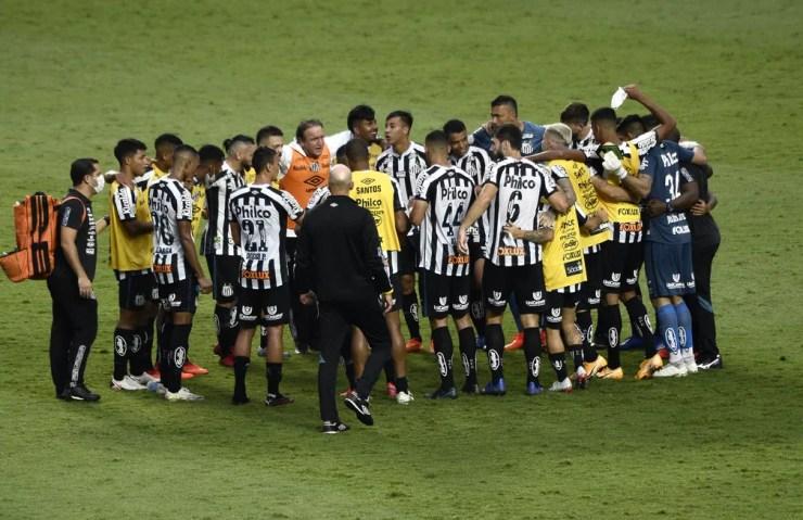Técnico Cuca reúne jogadores do Santos depois da vitória sobre o São Paulo — Foto: Marcos Ribolli