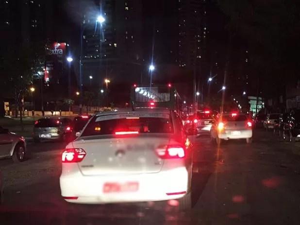 Trânsito congestionado na Avenida vasco da Gama, por conta da batida do ônibus no poste (Foto: Giana Mattiazzi/ Tv Bahia)