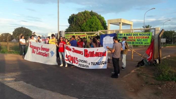 Estudantes bloqueiam portão de entrada da UFT em Palmas — Foto: Yonny Furukawa/TV Anhanguera