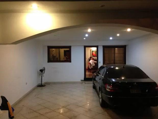 Carro de Abdelmassih parado na entrada da casa (Foto: Glauco Araújo/G1)