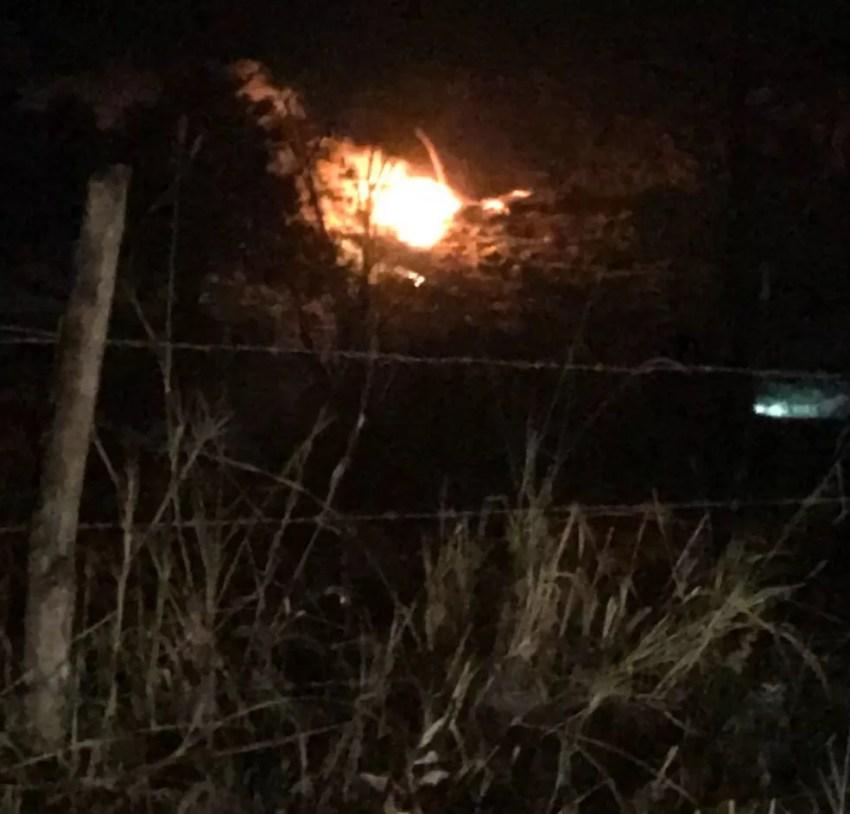 Moradora registrou helicóptero pegando fogo antes de cair em Espírito Santo do Dourado (Foto: Sabrina Carvalho)