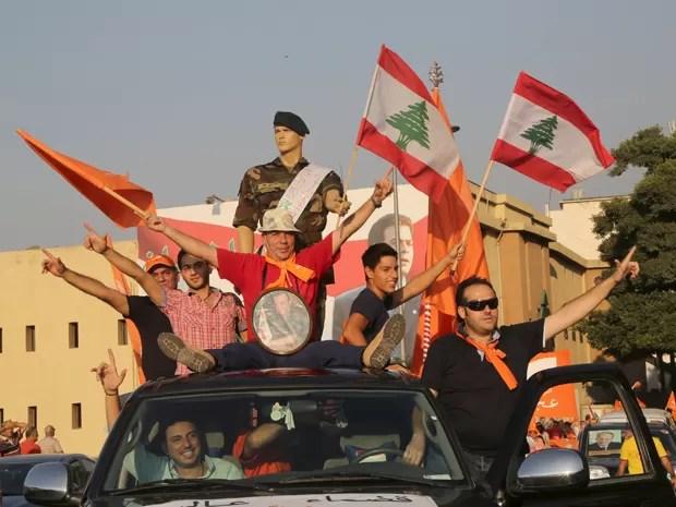 Apoiadores do Movimento Patriótico Livre exibem bandeiras, um manequim e uma foto do líder do grupo, Michel Aoun, durante manifestação em Beirute, na sexta (4) (Foto: Reuters/Aziz Taher)