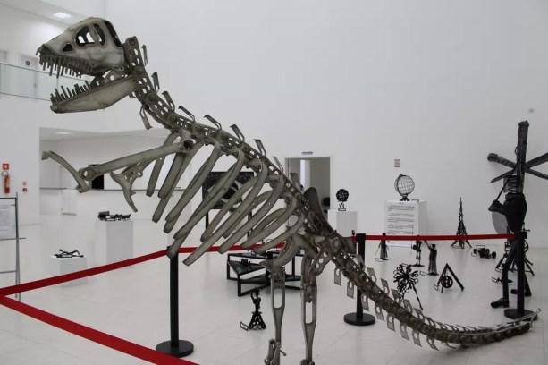 Escultura de dinossauro criada por Reginaldo Figueiredo a partir de sucatas impressiona pelo tamanho (Foto: Divulgação / Prefeitura Municipal)