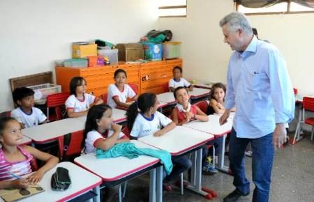 Governador Rodrigo Rollemberg em visita a escola de Ceilândia, no DF (Foto: Dênio Simões/GDF/Reprodução)