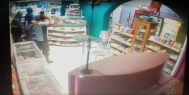 Ladrões levaram dinheiro de loja de conveniência em Porto Feliz (Foto: Reprodução/TV TEM)