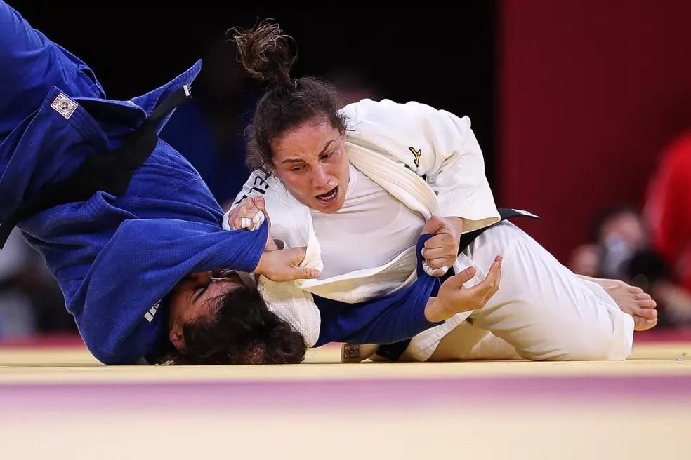 Lance polêmico na luta de Maria Portela contra Madina Taimazov,a nas oitavas de final do judô nas Olimpíadas de Tóquio 2020 — Foto: Gaspar Nóbrega / COB