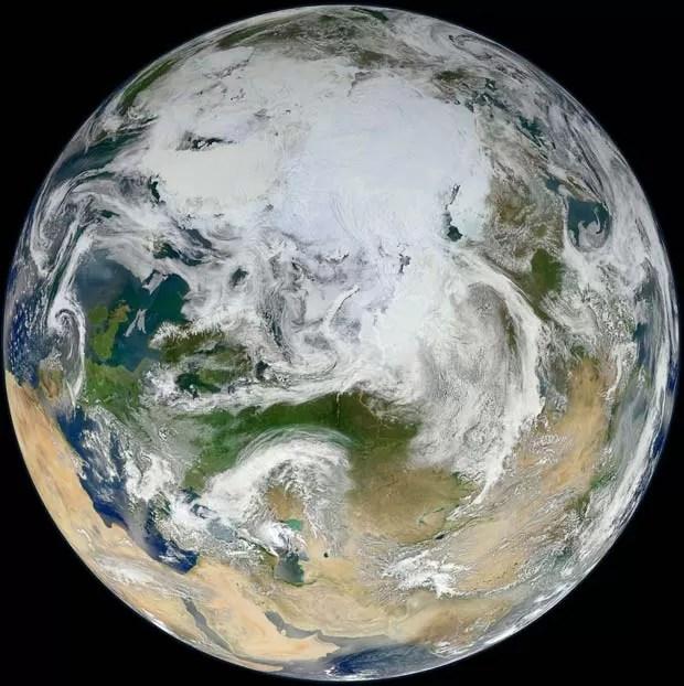 Imagem divulgada nesta terça-feira (19) pela Nasa mostra a Terra vista de sobre o Oceano Ártico, capturada a partir do recentemente lançado pelo satelite S-NPP. O satélite, lançado em 28 de outubro de 2011, circulou a Terra 15 vezes para capturar informaç (Foto: NASA/GSFC/Suomi NPP)