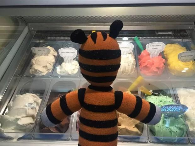 O tigre de pelúcia Hobbes em uma sorveteria do aeroporto (Foto: Reprodução/Facebook/Tampa Internacional Airport)
