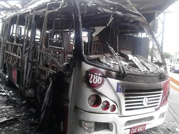 Van foi queimada em São Vicente, litoral de São Paulo (Foto: G1)