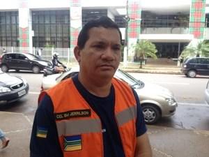 Coronel da Defesa Civil Jerrilson Oliveira diz que nível do rio aumentou (Foto: Abinoan Santiago/G1)