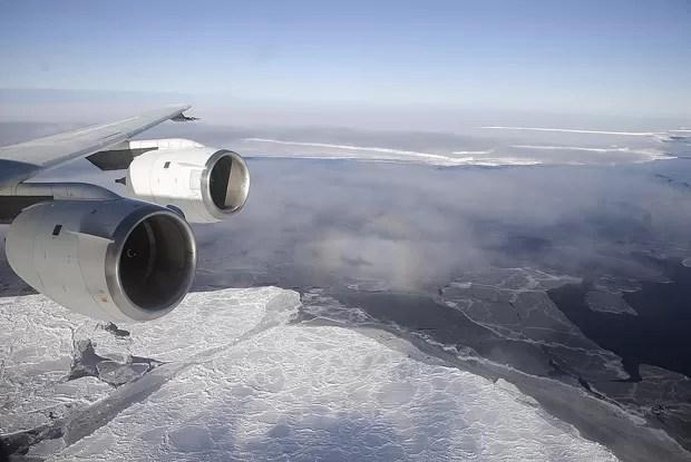 Foto de arquivo mostra aeronave DC-8, da Nasa, sobrevoando a plataforma de gelo Brunt, em outubro de 2010: observações de satélite revelam declínio das plataformas de gelo da Antártica ao longo dos anos  (Foto: Reuters/Michael Studinger/Nasa)