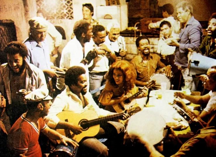 Beth Carvalho e integrantes do Fundo de Quintal em 1978 — Foto: Ivan Klingen / Reprodução encarte LP 'De pé no chão'