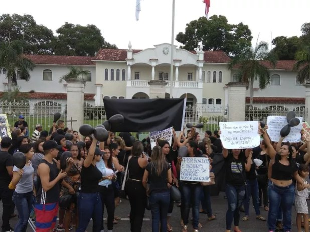 Manifestantes caminharam até o Palácio dos Despachos e foram recebidos para dialogar.  (Foto: Arthur Sobral/G1)