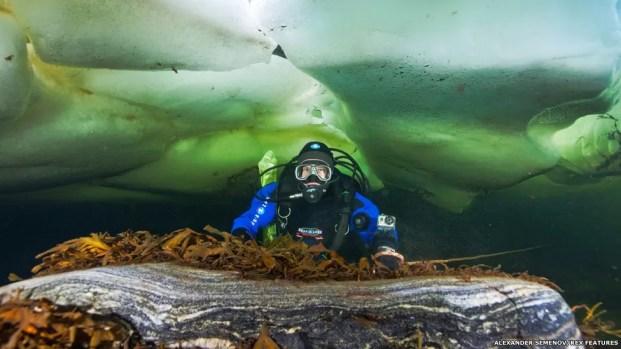 A Expedição Aquatilis tem 12 integrantes, em sua maioria russos. Eles planejam iniciar a viagem subaquática no verão de 2015, saindo de Marmaris, na Turquia. Na imagem, Olga, que faz do grupo, coleta amostras no mar Branco, na Rússia (Foto: Alexander Semenov/Rex Features)