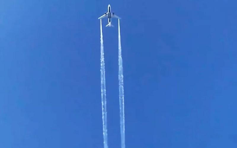 Em imagem retirada de vídeo, voo 89 da Delta Air Lines, que ia para Xangai, na China, é visto despejando combustível antes de retornar ao Aeroporto Internacional de Los Angeles, nos EUA, para pouso de emergência, na terça-feira (14) — Foto: AP Photo/Matt Hartman