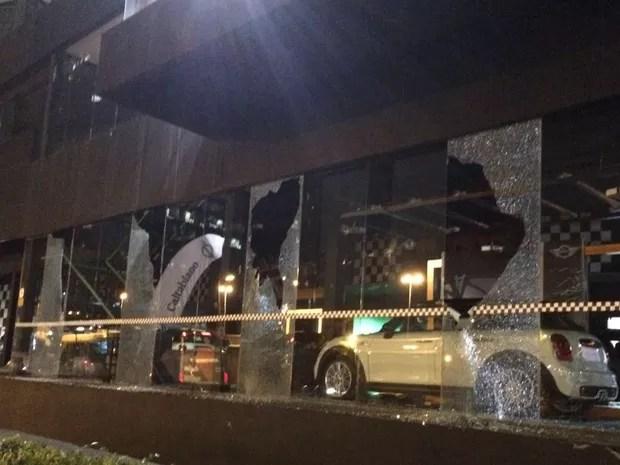 Loja de carros quebrada após protesto contra o governo Temer  (Foto: Glauco Araújo/ G1)