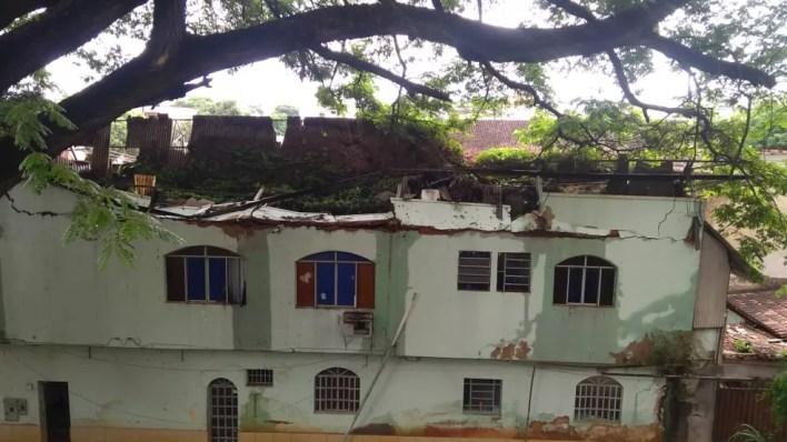 Telhado de casa no bairro Nossa Senhora das Graças desabou durante chuva — Foto: Tiago Lopes/Inter TV dos Vales