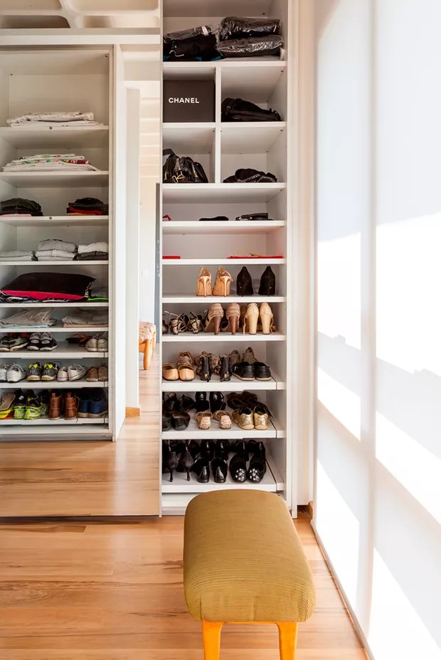 Sapatos separados das roupas. O banquinho dá suporte! (Foto: Julia Ribeiro)